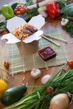 Nouilles chinoises dans la boîte de wok Image stock