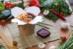 Nouilles chinoises dans la boîte de wok Photographie stock libre de droits