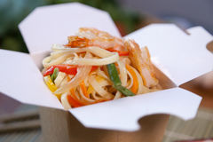 Nouilles chinoises dans la boîte de wok Photos libres de droits