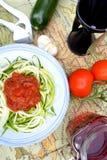 Nouilles crues de courgette avec l'écrimage de tomate Photographie stock libre de droits