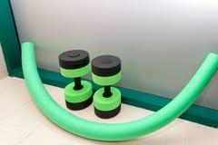 Nouilles d'haltères. Aérobic d'eau. Photographie stock