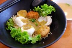 Nouilles d'oeufs avec la boule de poissons Image libre de droits