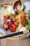 Nouilles d'oeufs et porc rouge avec Suace sur le fond en bois Photo stock