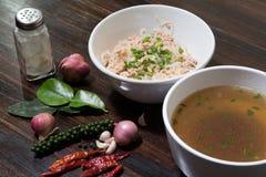 Nouilles dans la cuvette sur le fond en bois, foyer s?lectif Repas asiatique sur une table images stock