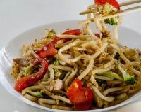 Nouilles de blé avec les légumes de style de la wok images libres de droits