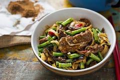 Nouilles de boeuf frites par wok photographie stock libre de droits