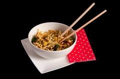 Nouilles de Cantonese dans une cuvette avec des baguettes Photographie stock libre de droits
