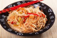 Nouilles de Chineese avec le poulet et les légumes Photos libres de droits