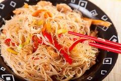 Nouilles de Chineese avec le poulet et les légumes Photos stock