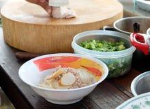 Nouilles de cuisson, de porc avec la soupe à boule de poissons, chaude et aigre Photos libres de droits