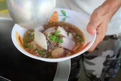 Nouilles de cuisson, de porc avec la soupe à boule de poissons, chaude et aigre Photos stock