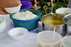 Nouilles de Kanom Jeen Nam Ya ou de riz en sauce à cari de poissons avec le veget Photos libres de droits