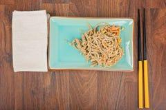 Nouilles de la Chine avec les légumes et la viande Images libres de droits