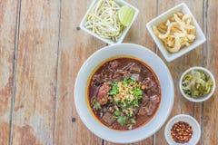 Nouilles de riz avec de la sauce épicée à porc Photo libre de droits