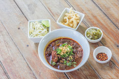 Nouilles de riz avec de la sauce épicée à porc Image stock