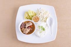 Nouilles de riz avec de la sauce épicée à porc Image libre de droits