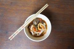 Nouilles de riz avec de la sauce épicée à porc Photos stock