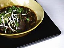 Nouilles de riz avec du porc épicé image libre de droits