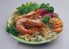 Nouilles de riz avec la crevette royale un plat vert clair photo stock