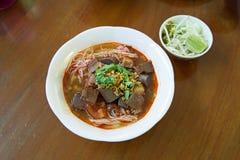 Nouilles de riz avec de la sauce épicée à porc, un aliment célèbre de du nord de la Thaïlande images stock