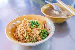 Nouilles de riz avec le bouillon à l'os de porc photographie stock