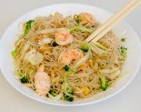 Nouilles de riz chinoises avec des crevettes roses photographie stock libre de droits