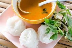 Nouilles de riz en cuisine thaïlandaise traditionnelle douce de sauce à cari, ric Photo stock