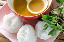 Nouilles de riz en cuisine thaïlandaise traditionnelle douce de sauce à cari, ric Photos libres de droits