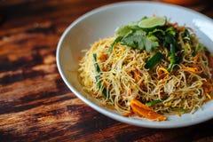 Nouilles de riz frit délicieuses d'émoi de style de Singapour de menu végétarien sain de vegan avec les smoothies oranges de caro images stock
