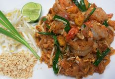 Nouilles de riz frit thaïlandaises d'émoi de Phad avec des crevettes roses Images libres de droits