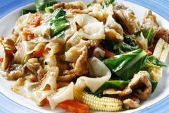 Nouilles de riz grandes frites par stir thaï épicé Images libres de droits