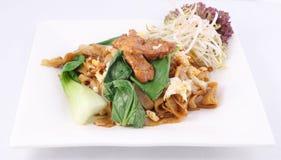 Nouilles de riz plates frites par stir asiatique. Expert en logiciel ew de garniture avec le poulet. Photos stock