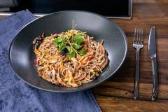 Nouilles de sarrasin avec le canard et les champignons Cuisine asiatique Le travail d'un chef professionnel Plat d'un menu de res images stock