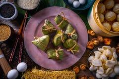 Nouilles de shiitaké de petits pains de porc de boulettes de riz de Zongzi Photographie stock