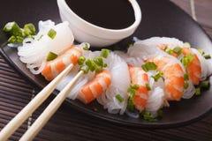 Nouilles de Shirataki avec la crevette et les oignons verts en gros plan horizon Image stock