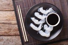 Nouilles de Shirataki avec la sauce de soja et les baguettes en gros plan sur un pl Photos libres de droits