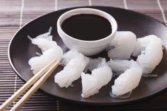 Nouilles de Shirataki avec la sauce de soja et les baguettes en gros plan sur un pl Photographie stock