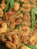 Nouilles de Singapour avec les crevettes roses et le poulet photographie stock libre de droits