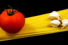 Nouilles de spaghetti avec la tomate et l'ail Photographie stock libre de droits