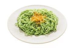 Nouilles de vert ou de jade dans le plat blanc photographie stock