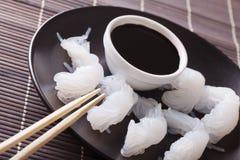 Nouilles diététiques de Shirataki avec le plan rapproché de sauce de soja d'un plat Hor Photographie stock libre de droits