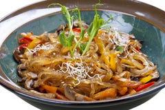 Nouilles en verre de soja avec des champignons de shiitaké photographie stock libre de droits