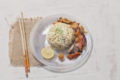 Nouilles et cari thaïlandais de style de plat photo stock