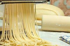Nouilles et machine de pâtes. Image stock
