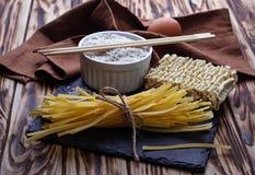 Nouilles et ramen chinois secs d'oeufs Image stock