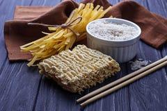 Nouilles et ramen chinois secs d'oeufs Photos stock