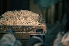 Nouilles faites main dans la boîte en bois sur le marché local dans Chinatown, Kuala Lumpur Nourriture de rue en Kuala Lumpur, Ma Images libres de droits