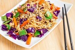 Nouilles frites avec des légumes images stock