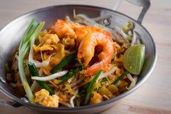 Nouilles frites thaïlandaises avec la crevette rose (protection thaïlandaise), cuis popuplar de la Thaïlande Photographie stock libre de droits