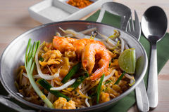 Nouilles frites thaïlandaises avec la crevette rose (protection thaïlandaise), cuis popuplar de la Thaïlande Photos stock